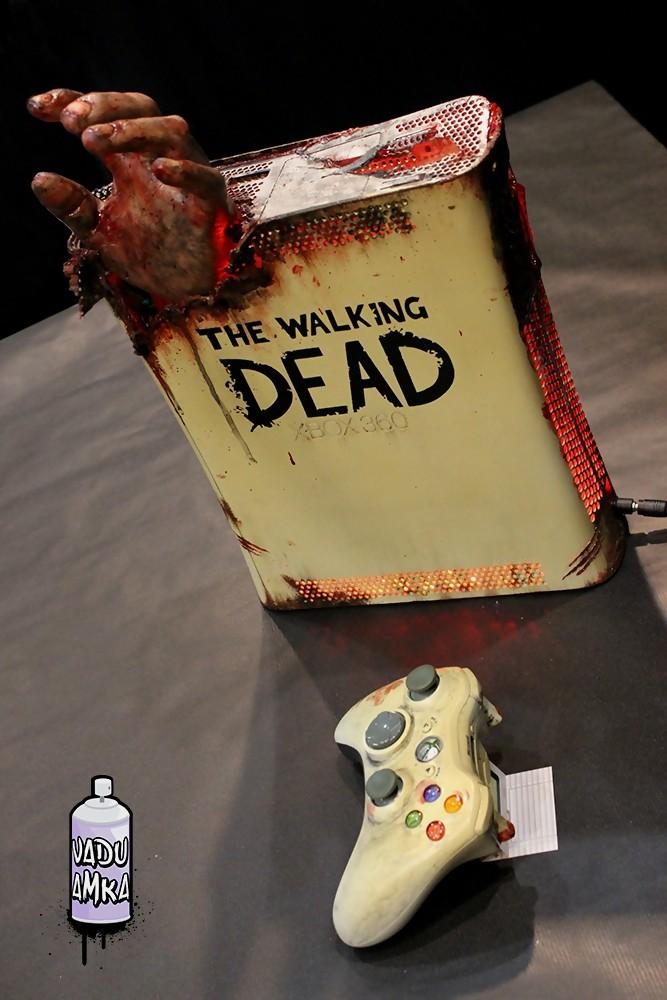 xbox 360 la console the walking dead avec une main de zombie. Black Bedroom Furniture Sets. Home Design Ideas