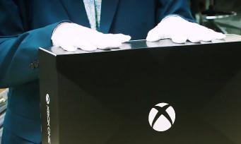 Xbox One X : unboxing de la console de Microsoft avec des gants blancs