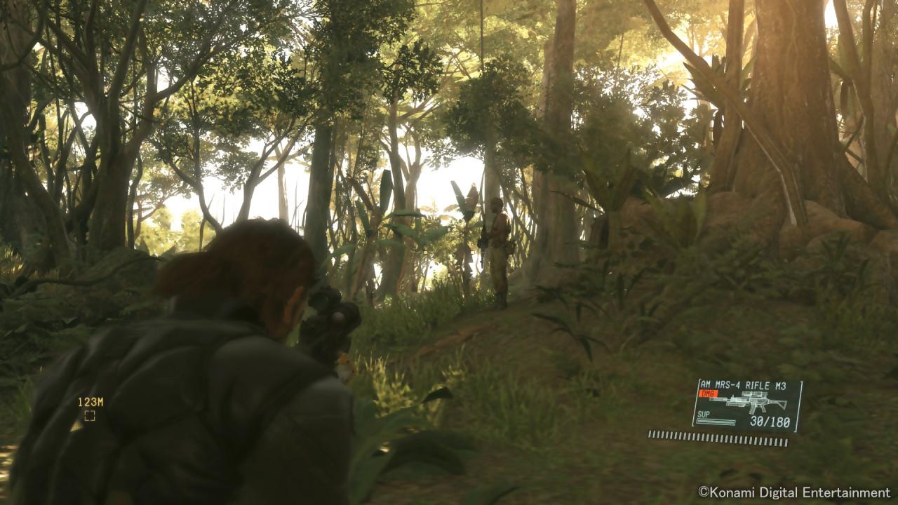 Expérience déconcertante que ce Metal Gear Solid V : The Phantom Pain, bluffant tout le monde, les fans comme les novices lors des premières heures grâce une technique solide et un gameplay qui a trouvé une formule souple et équilibrée. Puis l'excitation retombe progressivement à mesure que la...