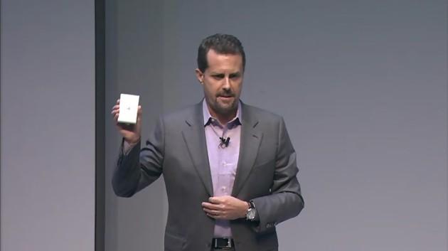 Andrew House, le PDG de Sony Computer Entertainment, dévoilant la PlayStation TV