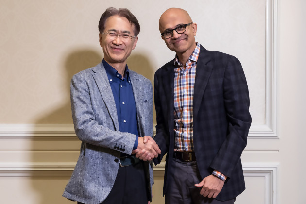 Kenichiro Yoshida, President and CEO de Sony Corporation (à gauche), et Satya Nadella, CEO de Microsoft (à droite) qui se serrent la main le sourire aux lèvres