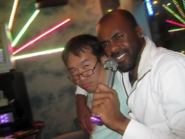 Laurely et moi-même lors d'une soirée karaoké dans le quartier de Ikebukuro à Tokyo (2009)