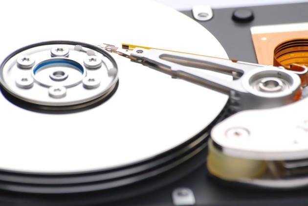un disque dur avec les disques et les têtes de lecture