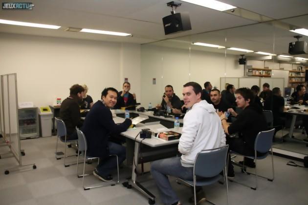 Les journalistes réunis autour d'une même table pour le déjeuner